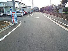 前面道路は幅員約8mございますので、お車の操作も安心ですね。