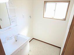 リフォーム済洗面脱衣室写真です。ハウステック製の幅750mmサイズの洗面化粧台を新設しました。床はクッションフロア、壁、天井はクロスを張りました。