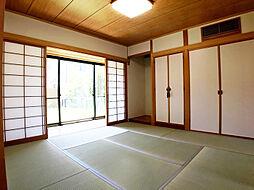 床の間付きの情緒漂う和室。収納もしっかりついているので、おもてなしにも便利。