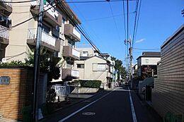 駅前から続く上品で落ち着いた街路です。