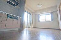 居間(リビングです。約9.5帖の広さです。採光が二面取れるので日当たり良好です。)