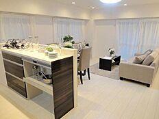 対面式キッチン(食洗機付)のリビングダイニングキッチン