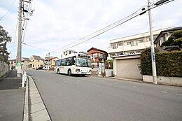 バス停がご自宅の目の前にあると、お出かけに便利です。お車に乗らない方や、歩くのにあまり自信の無い方でも行動範囲が広がりますよね。