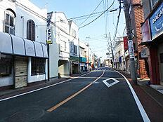 南西側前面道路を含む現地南東方向、古くから多くの文士が親しんだ大田区一二三商店街
