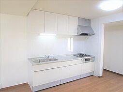 リフォーム済キッチンはハウステック製の幅2550mmタイプを新設しました。ステンレスワークトップ仕上げで耐久性も高く、熱にも強いのでお掃除の手間と時間が節約できます。