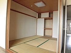 リフォーム中リビング隣接の6帖和室。畳は表替えし、襖貼替え、クロス貼替えを行います。来客時等、幅広くお使い頂けるお部屋です。