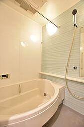 浴室暖房乾燥機、半円形ユニバーサルデザイン浴槽、カラリ床、スプレーシャワー等、ゆとりのバスタイム