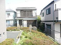 南側は隣地敷地の庭。日当たり良好