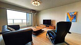 LDKは21帖超の広々とした空間。現在室内は別荘利用中のため、利用頻度も低く状態も良好です。