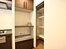 キッチンスペースには、食品のストックに便利なパントリーをご用意。すっきりと美しいキッチンでお料理を行うことができます。,3LDK,面積67.87m2,価格6,858万円,東京メトロ南北線 麻布十番駅 徒歩5分,都営大江戸線 赤羽橋駅 徒歩6分,東京都港区東麻布2丁目8-11