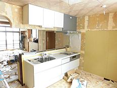 リフォーム中のキッチンの画像です。永大産業製の新品キッチンに交換します。