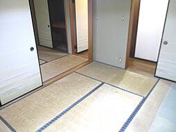 現在リフォーム中 1階中央6畳の和室写真です。天井と壁のクロスを張り替えて、畳は表替えを行う予定です。障子と襖も張り替える予定です。
