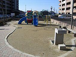 公園が敷地内にあり、小さなお子さんと遊ぶことができます