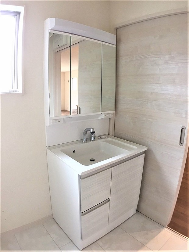 暮らしを快適にする三面鏡使用の洗面化粧台。収納力と機能性に優れた使いやすい設備で忙しい朝の身支度もスムーズに。