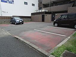 駐車場の間口もゆとりがあり、ゆっくりと駐車することができます。