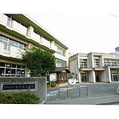 東村山市立富士見小学校まで725m、東村山市立富士見小学校より徒歩約9分。