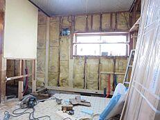 北側に窓があるダイニングキッチン7帖は、壁・天井クロス貼替、床フロア重ね張りし、EIDAI製 新品システムキッチンに交換します。冬の寒さを考え、断熱材を入れました。