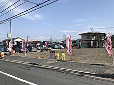 隣地が共に大きな駐車場の為、風通しや陽当り良好