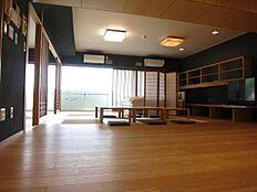 玄関ホールからの扉を開けると約20帖のリビングダイニング。壁面、建具、収納全てを緻密に設計。