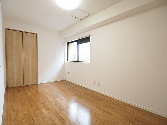 6帖の洋室。角...