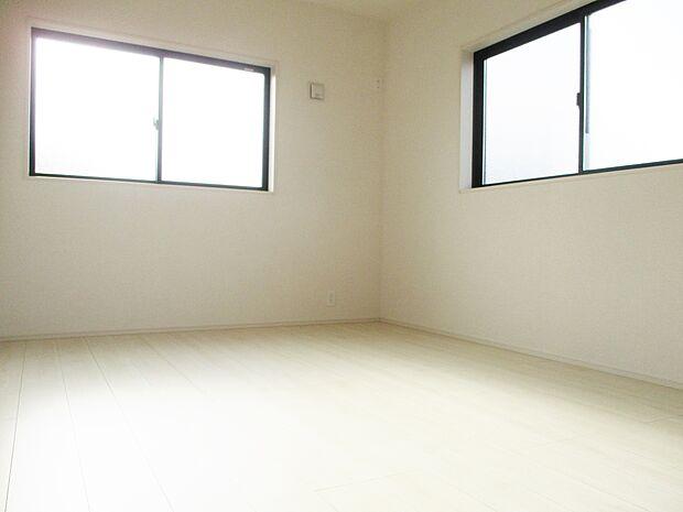 【同社施工例】二面採光の洋室