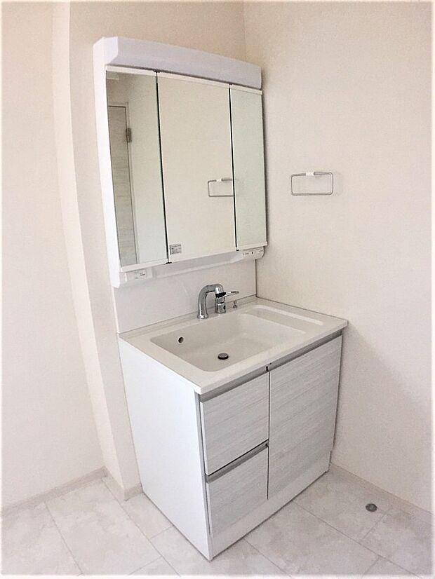 明るく清潔感溢れる洗面スペース。毎日使う場所だからこそ、快適な空間となっております。