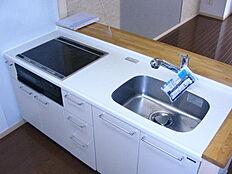 豊富な収納力にお料理しながら会話ができる利便性を兼ね備えた対面式システムキッチン