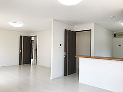 白を基調とした高級感のあるフローリングとダーク調の建具がモダンな雰囲気の明るいLDK。(2)