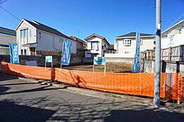 総武線の始発「三鷹」駅より徒歩11分の好立地です。周辺は、2階建てが建ち並ぶ低層住宅地となります。