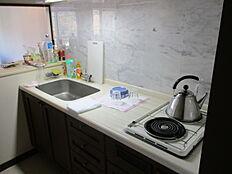 オール電化の為、キッチンは電気コンロになります。黒を基調とした造付のキッチンと壁面がマッチしております。