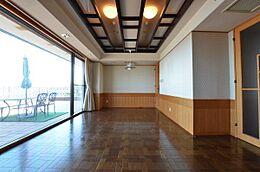 満ち足りた時間を過ごす事を第一に考えた室内には床のフローリングや折り込み天井など「差」をつけています