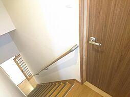 リフォーム済 階段 手すり・滑り止め設置、床クリーニング、壁・天井クロス張替え、照明器具交換、火災警報器設置 階段の上り下りの際も危ないので手すりも設置しました