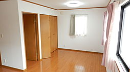 2方向から光を採り入れられる窓の多い居室。