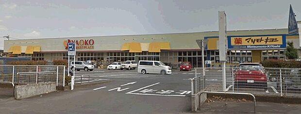 ヤオコー野木店まで671m、家族そろって週末のまとめ買いも便利です。