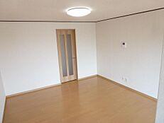 リフォーム後のリビングの画像です。床をフローリングに変えて、壁、天井のクロスを張替ました。家族みんなでゆったりくつろげる空間になりました。