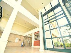西洋の建築様式を想わせる、大空間のエントランス内。管理室のあるセキュリティ性の高いマンションです。