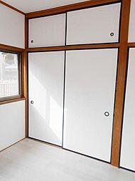 2階南西側洋室には収納スペースがあります。