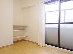 約4.5帖の東側真ん中の洋室には棚がございますので、有効にお使いいただけます