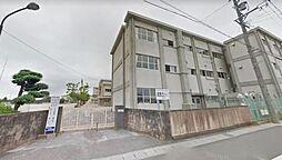 木曽川中学校。徒歩10分とお子様の登下校も安心です。