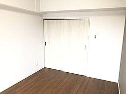 白基調で部屋の明るく。