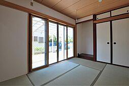 リビングに面した約6帖ある和室です。小さなお子様のお昼寝などにもご利用できます。