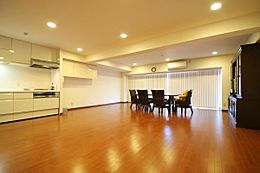 室内は美しい色合いのフローロングが広がり、床暖房も設置されています。