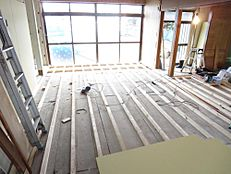 リフォーム中のリビングの画像です。床をフローリングに変えて、壁、天井のクロスを張替ます。
