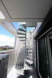3階のバルコニーには屋上に行けるらせん階段2019年7月撮影