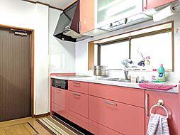 豊富な収納スペースが魅力のシステムキッチン。窓が付いているから換気も楽々。