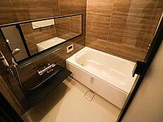 アクセントパネルはブラウンで、重厚感のある落ち着いたバスルーム。一日の疲れを癒します