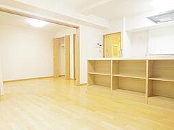 リビング横の洋室の引き戸を開けると約17.1帖の広さとなります