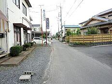 前面道路です。住宅地で静かなたたずまいです。