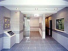 エントランス内部。オートロックはもちろん、管理人室も目が届くところにあるため、防犯対策も抜かりなしです。