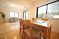 居間(新規リノベーション済お洒落な家具やエアコン、照明器具付きのお部屋です)